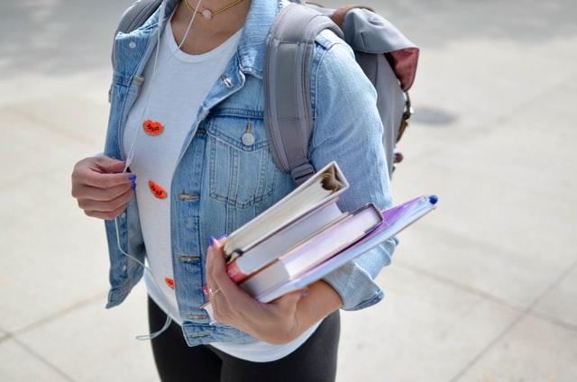 教科書を抱えたリュックの学生