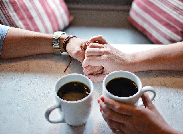 コーヒーカップと男女の手