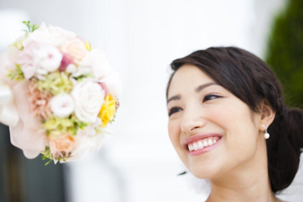 笑顔の女性と花束