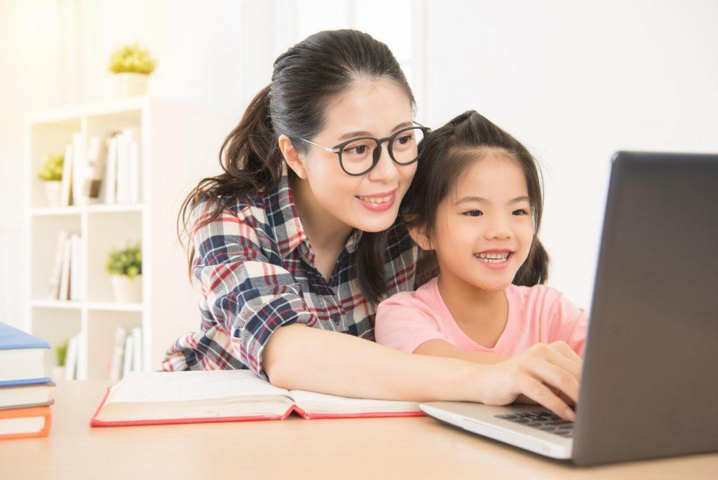 母子パソコンに向かい笑顔