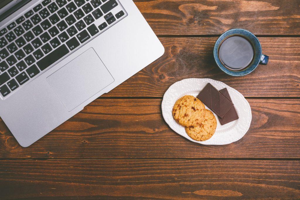 パソコンとお菓子・矯正中の間食_葛西モア