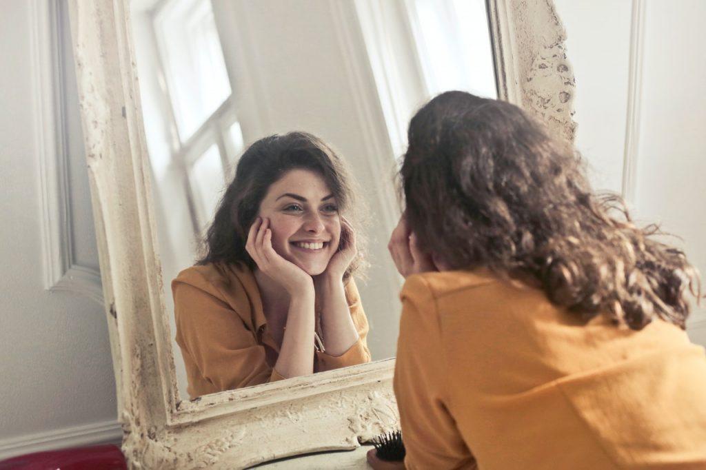 微笑む女性|歯列矯正|矯正中のトラブル相談_葛西モア