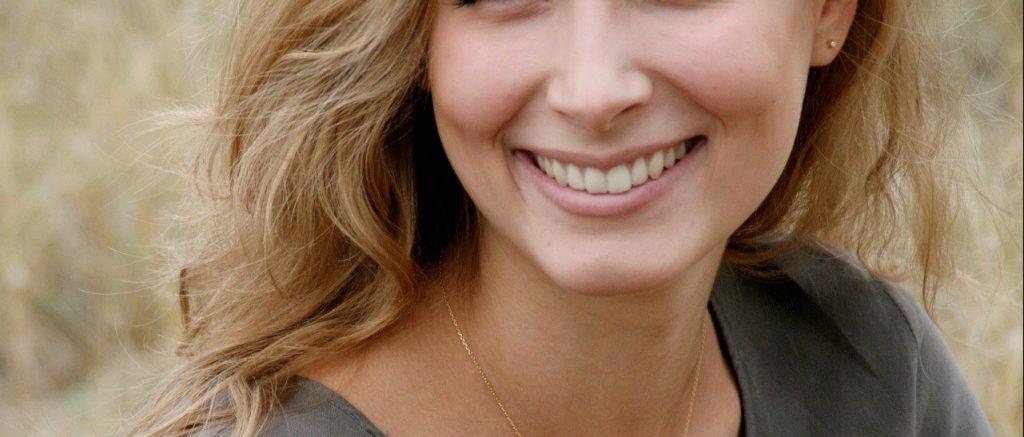 笑顔の女性|歯列矯正|矯正中のトラブル相談_葛西モア