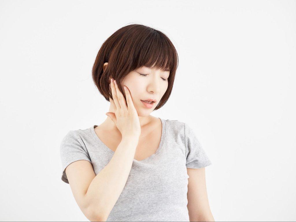 ほほ痛めた女性|歯列矯正|矯正中のトラブル相談_葛西モア