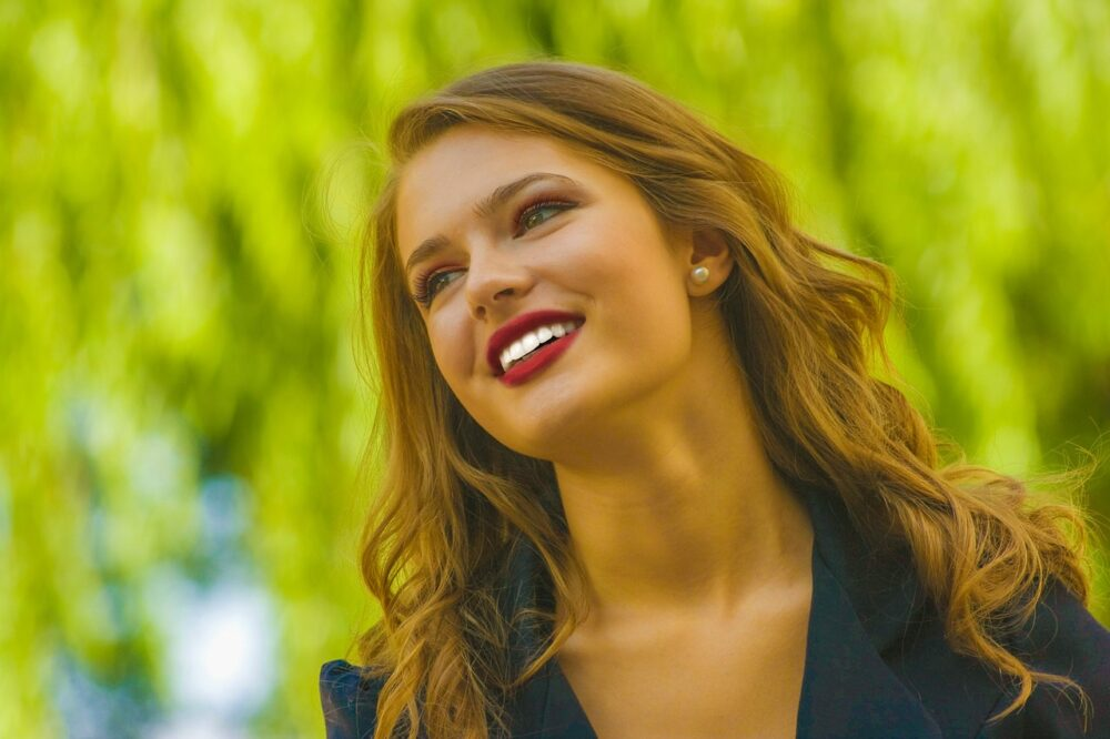 女性 笑顔 海外