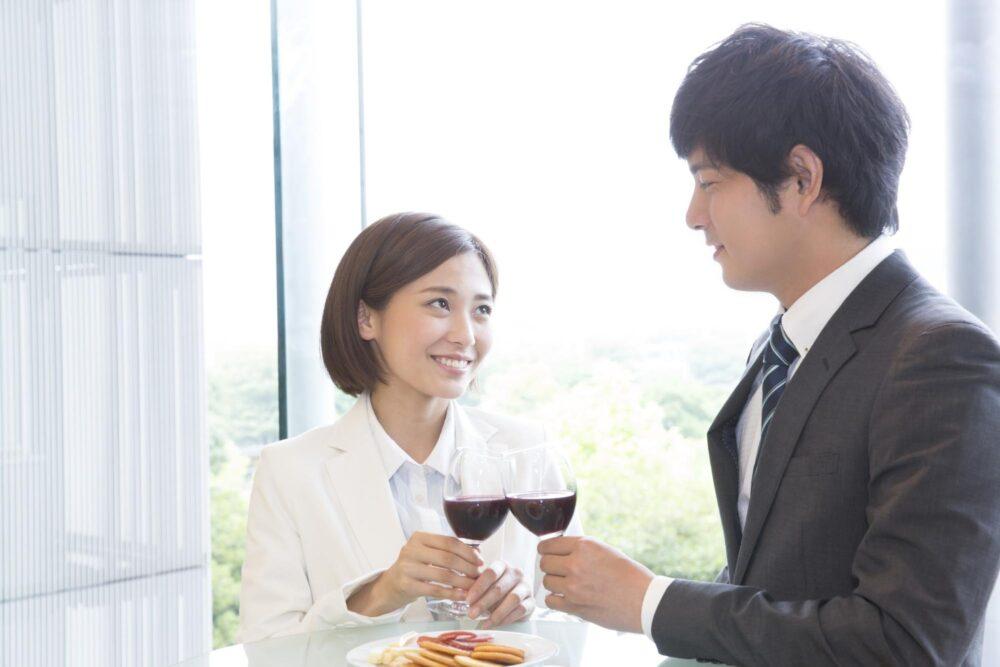 ワインで乾杯をするカップル